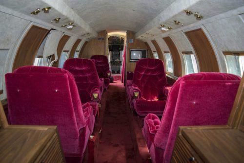 Die breiten Sitze des Flugzeugs schmückt roter Samt.  Foto: AP