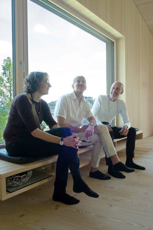 Die drei Juroren Roland Gnaiger aus Bludenz, Marlene Guyan aus Igis und Thomas Lechner aus Altenmarkt auf der Holzbank. Foto: HBK