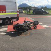 Auto prallt gegen Motorrad