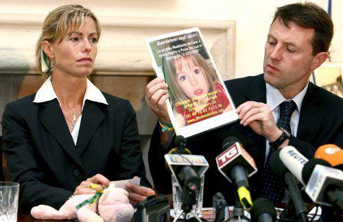 Die Eltern der verschwundenen Madeleine, Kate und Gerry McCann, zeigen im Mai 2007 ein Bild ihrer Tochter. AFP