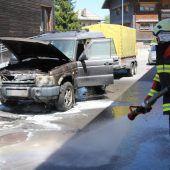 Ein brennendes Auto neben Zapfsäulen