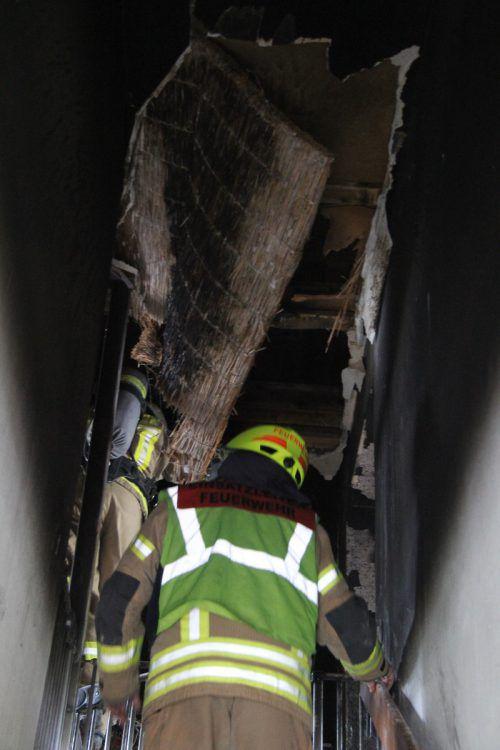 Die Feuerwehr arbeitete sich mit Atemschutz vor.