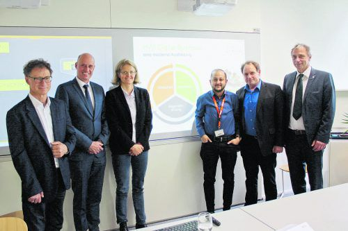 Die HAK-Direktoren Michael Weber,Manfred Hämmerle und Johann Duregger mit KoordinatorinVerena Fastenbauer und Johannes Schwärzler.
