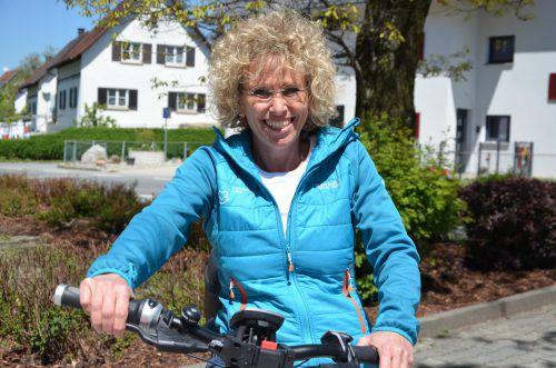 Die Hauskrankenpflegerin Maria Mager fährt mit dem Fahrrad zu ihren Patienten. Foto: schneider