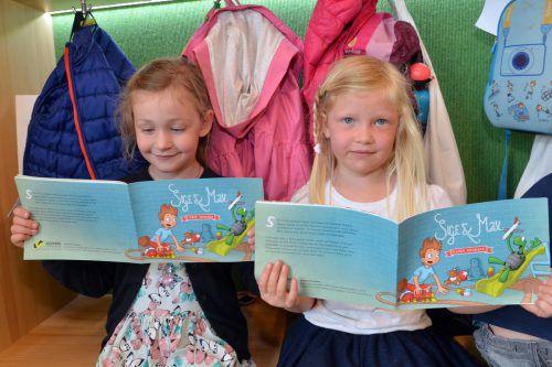 Die Kinder vom Kindergarten Falkenweg in Hard bekamen das neue Buch von Clown Schlotterhos überreicht.  Foto: VLK