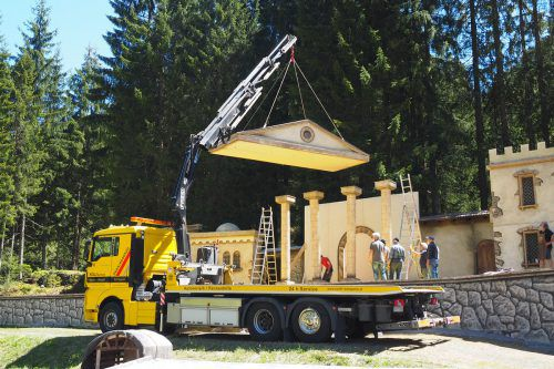 Die Klostertaler Passionsspiele gehen Anfang Juli wieder in Szene: Beim jetzt erfolgten aufwendigen Bühnenaufbau in Klösterle packten viele Helfer kräftig mit an.