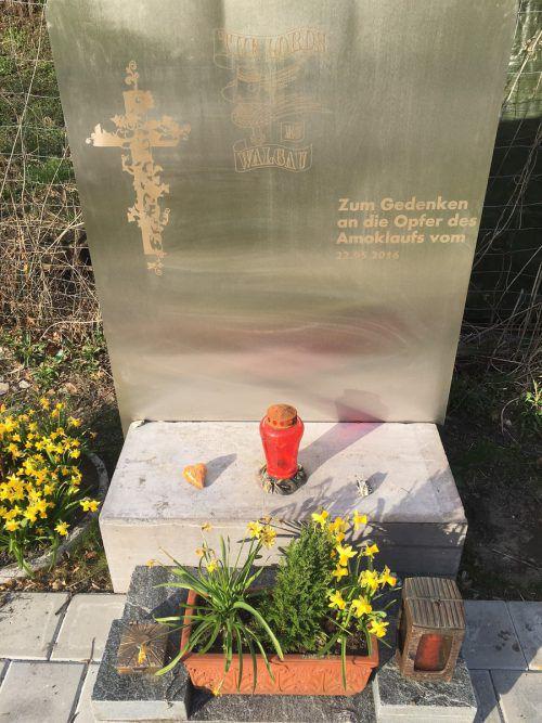 """Die Mitglieder des Motorradklubs """"The Lords"""" haben einen Gedenkstein für die Opfer errichtet. Foto: VN/Walser"""