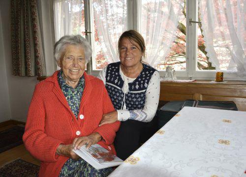 Die Mundartautorin mit Tochter Magdalena. Für sie schrieb sie ihr erstes Gedicht zu deren Hochzeit. Foto: EH