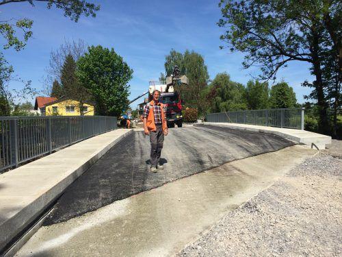 Die Scheibenbachbrücke ist fertig. Polier Peter Kathan und seine Männer haben tolle Arbeit geleistet. Foto: VN/Hämmerle