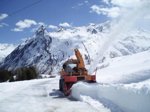 Die Schneeräumarbeiten in der Silvretta waren heuer von zwei verspäteten Wintereinbrüchen gekennzeichnet. Foto: Illwerke