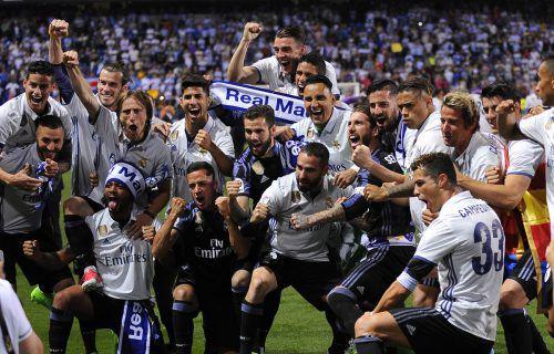 Die Spieler von Real Madrid feiern im Stadion des FC Málaga übermütig den Titelgewinn in der spanischen LaLiga. Foto: ap