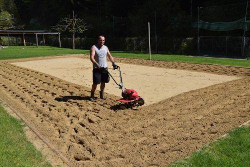 Die Vorbereitungen im Schwimmbad Riebe laufen auf Hochtouren. Jürgen Drexel hat das Volleyballfeld bereits aufgelockert.