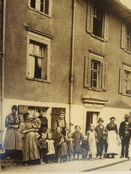 Dornbirner Großfamilie um 1910 vor ihrem Haus. Eigene vier Wände besaßen aber bei Weitem nicht alle. Foto: Stadtarchiv