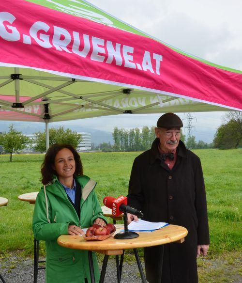 Eva Hammerer und Otto Galehr auf dem Gelände zwischen Wolfurt und Lauterach, auf dem künftig Gewerbebetriebe angesiedelt werden sollen.