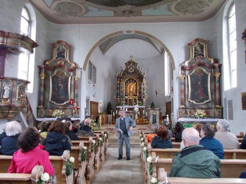 Experte Christoph Volaucnik erklärt, wo die Vorarlberger Grafen ihre Spuren hinterließen.  Foto: bet