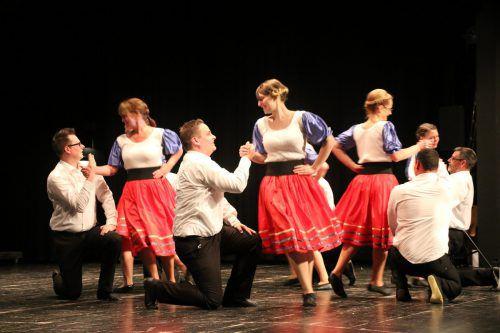 Tanzgruppe mit rassigen Tänzenauf der Showbühne. Trachtengruppe lustenau