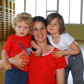 Alina (38) aus Dornbirn mit Stefan (2) und Sophia (5)