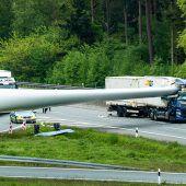 Riesiger Windradflügel blockiert Autobahn