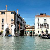 Für die Oper Carmen ragen in Bregenz zwei Arme aus dem Bodensee, in Venedig sorgt Lorenzo Quinn für einen Blickfang