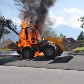 Radlader in Flammen aufgegangen