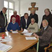 """<p class=""""caption"""">Freude über das Geleistete: Der Bauausschuss bei der Sitzung zur dritten Bauetappe des Klosters.</p>"""