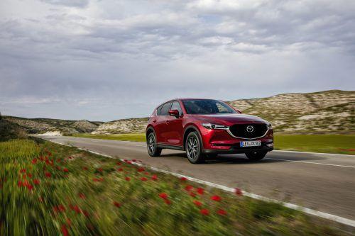 Geglättet, reduziert und verfeinert: Der Mazda CX-5 steht in der Neuauflage kraftvoll und satt auf der Straße. Fotos: werk