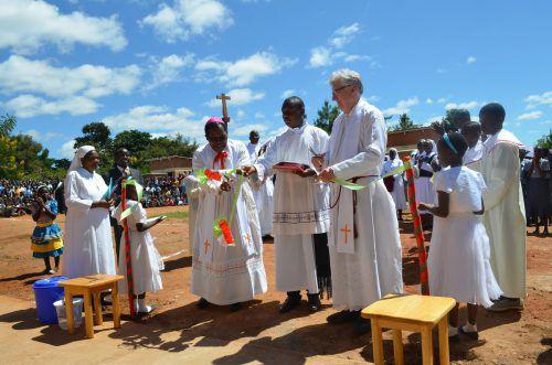 Generalvikar Rudolf Bischof und Tarzisio, Erzbischof von Lilongwe (l.), schnitten symbolisch ein Band durch.  Foto: Cordero/BSIN