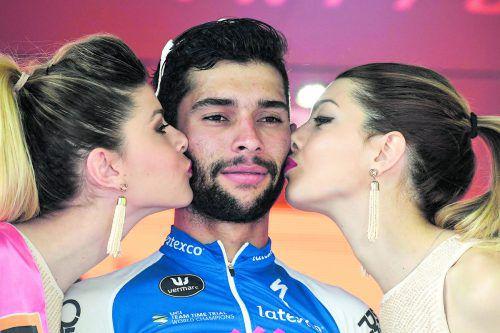 Genießt den Auftritt auf dem Siegerpodest: Fernando Gaviria, Sieger auf der zwölften Etappe des Giro d'Italia.  Foto: apa
