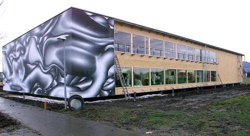 Hinter der vom Künstler Peter Kogler gestalteten Fassade verbirgt sich ein lichtdurchflutetes Betriebsgebäude. Foto: VN-Archiv