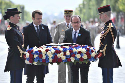 Hollande legte mit seinem künftigen Nachfolger Macron einen Kranz am Pariser Triumphbogen nieder.  Foto: AFP