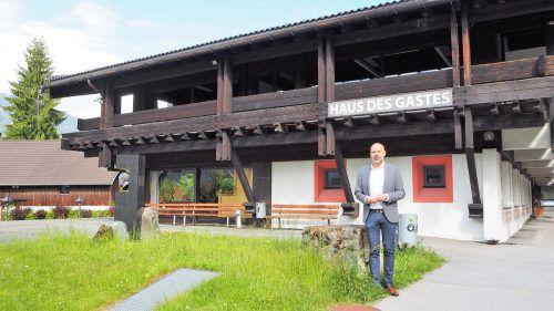 Im Austausch mit den Gemeindebürgern entschied sich Bürgermeister Jürgen Kuster für den Gebäudeverkauf.  Foto: VN-ral
