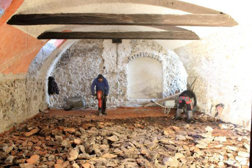 Im Keller des denkmalgeschützten Gasthauses Krone wird derzeit an der Realisierung des neuen Kellertheaters gearbeitet. Anfang Juli soll es eröffnet werden. Foto: VN/JS