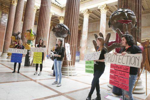 Im Parlament in Wien stellten die Jubos Riesenfiguren aus. Sie stehen für die UN-Kinderrechte.