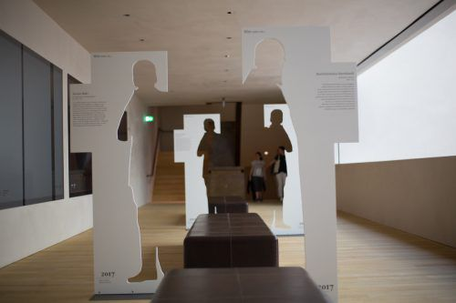 Im Vorarlberg Museum findet der Besucher Verweise auf Personen, deren Wirkungsorte in der Region zu erkunden sind. Foto: VN/Hartinger