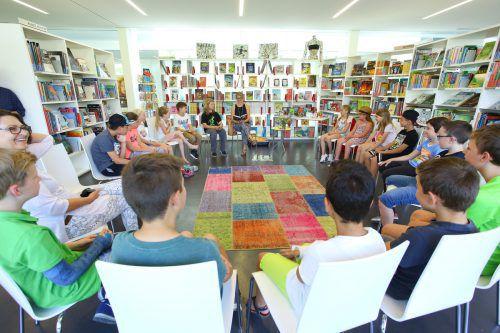 In der Bücherei in Höchst genossen die Schüler die Begegnung mit Sonja Kaiblinger. Foto: vn/hofmeister