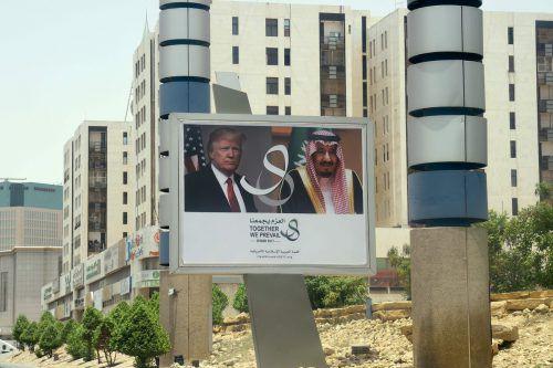 In der saudischen Hauptstadt Riad werden US-Präsident Donald Trump und Saudi-Arabiens König Salman auf Reklametafeln präsentiert. afp