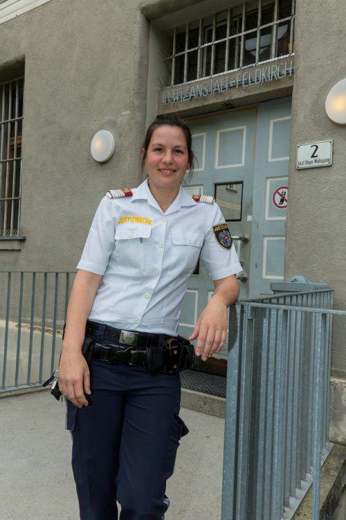 Ines Amann ist Justizwachebeamtin in der Haftanstalt Feldkirch. Die Arbeit mit Menschen am Rande der Gesellschaft gefällt ihr.    Foto: VN