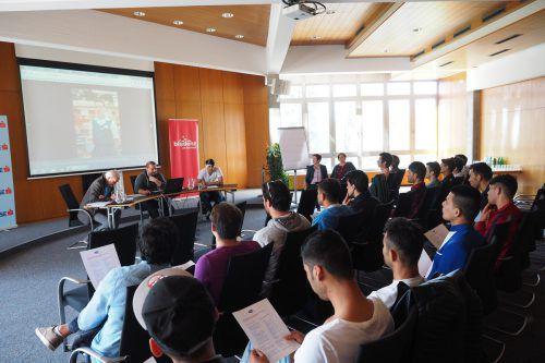 Junge Asylwerber wurden im Bludenzer Rathaus über Möglichkeiten einer Lehrausbildung in Mangelberufen informiert. Foto: Tmh