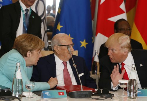 Kein nettes Gespräch zwischen Angela Merkel und Donald Trump (r.) beim G7-Gipfel. Tunesiens Präsident Beji Caid Essebsi sitzt dazwischen. ap