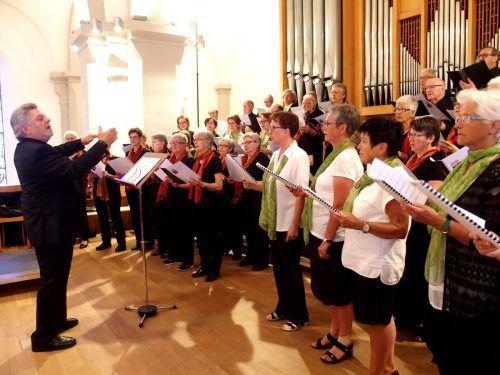 Komponist und Chorleiter Herbert Heinzle mit seinen Sängern aus Kobelwald in der Schweiz und aus Götzis. Foto: jU