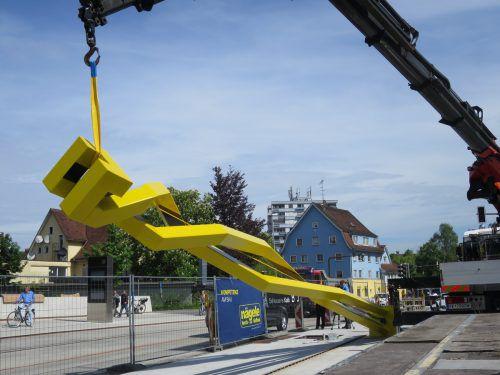 Kunst am Bau: Im Mai 2016 wurde die Doppel-Helix auf der Brücke verankert. Fotos: RHA