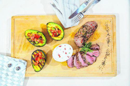Lammkeule mit gesunden Avocados vom Grill und frischen Kräutern.  FotoS: VN/Bernd Hofmeister