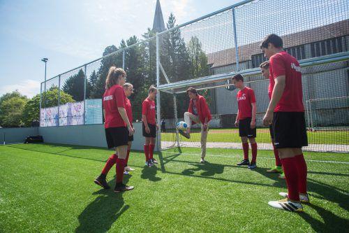 Landesrätin Bernadette Mennel zeigte im Kreise der Vorarlberger Nachwuchshoffnungen ihre fußballerischen Fähigkeiten. Fotos: Steurer/5