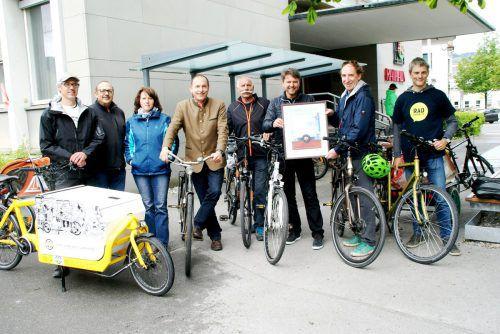 Landesrat Johannes Rauch (2.v.r.) übergibt das Zertifikat an Bürgermeister Kurt Fischer (3.v.r.).  Foto: pe