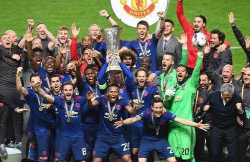 Lautstarker Jubel bei den Spielern von Manchester United, als Kapitän Wayne Rooney die Europa-League-Trophäe in die Höhe stemmte. Foto: afp