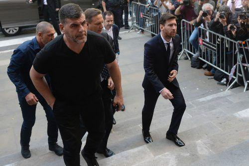 Lionel Messi (rechts) anlässlich des Gerichtsverhandlungstags im Juni des Vorjahrs. Das Urteil wurde nun bestätigt. Foto: afp