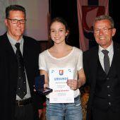 """<p class=""""caption"""">Lorena Schneider mit Martin Doppelmayer (l.) und Werner Egger.</p>"""