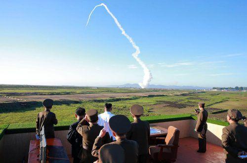 Machthaber Kim Jong-un (mit weißem Hemd) und Armee-Granden verfolgen den Abschuss der Rakete. afp