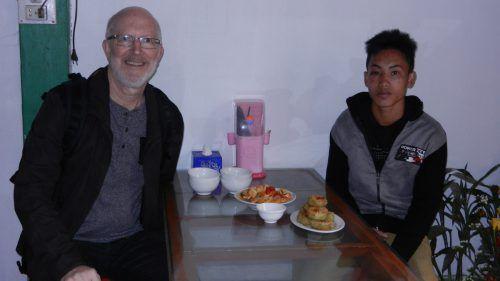 Manfred Eisele und sein Patenkind A Nha, der bald eine Ausbildung zum Mechaniker beginnen möchte.  Fotos: WV