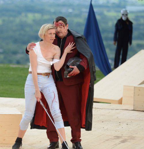 Mareile Blendl in der Titelrolle als Johanna. Daneben Bernhard Leute in mehreren Rollen bzw. hier als Schwarzer Ritter.
